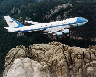 1024px-Air_Force_One_over_Mt._Rushmore